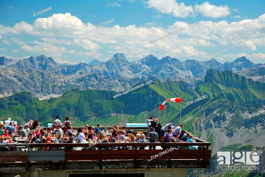 Stock Photo: Touristen, Gipfelstation Nebelhornbahn, Nebelhorn 2224m, dahinter der Hochvogel 2592m, Allgäuer Alpen, Bayern, Deutschland, Europa.