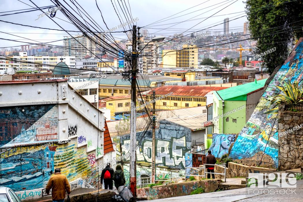 Imagen: Colorful graffiti street art adorns the walls and buildings of Valparaiso, Chile.
