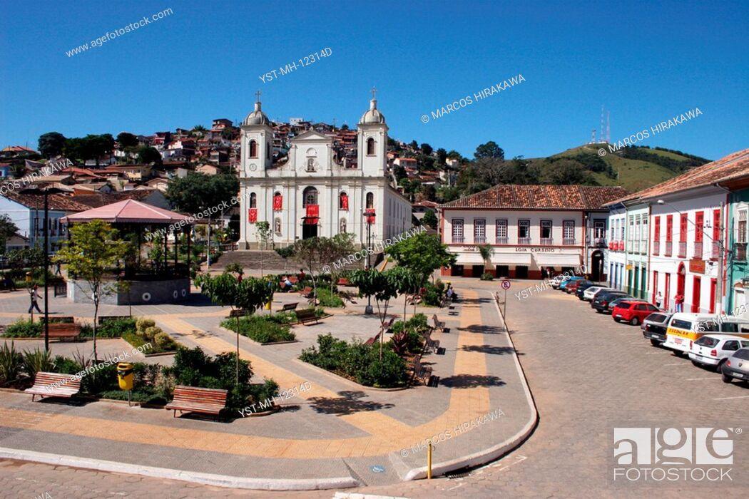 Stock Photo: Square Dr. Oswaldo Cruz, Church Matriz de São Luís de Tolosa, São Lúis do Paraitinga, São Paulo, Brazil.