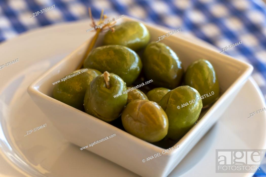Imagen: Green olives on square bowl in restaurant Andalusia Spain.