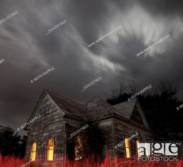 Imagen: Stormy night sky at an Abandoned Church near Walters, Oklahoma.