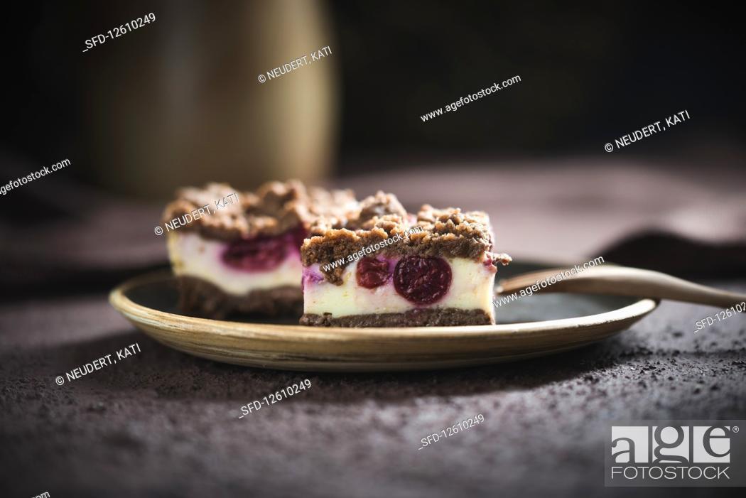 Photo de stock: Vegan crumble quark cake with sour cherries.