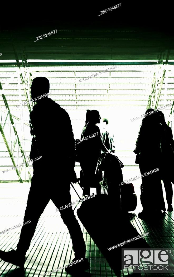 Imagen: Silhouettes of people at an airport.