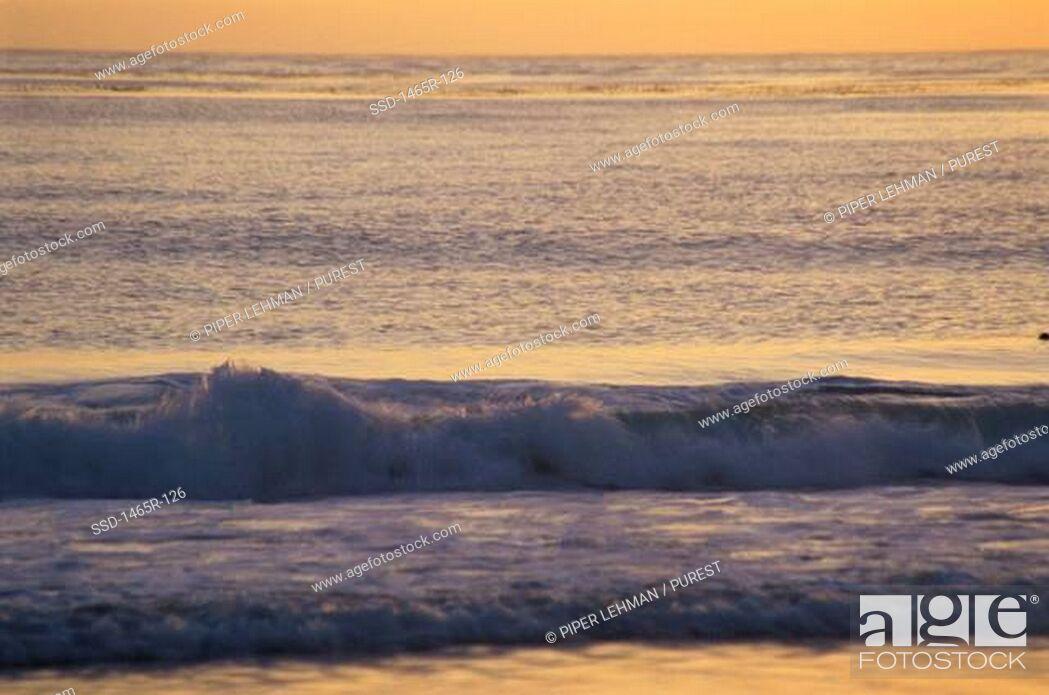 Imagen: Waves crashing on a beach.