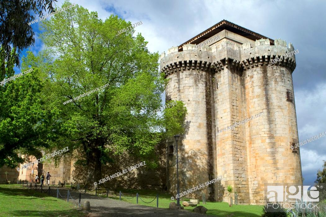 Imagen: Castle of the deserted and fortified village of Granadilla, declarated Historical-Artistic Site next to the Garbiel y Galán Reservoir  Cáceres  Extremadura.