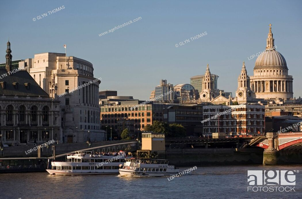Stock Photo: England, London, Blackfriars Bridge, Boats travelling along the River Thames with Blackfriars road bridge and St. Paul's Cathedral in the background.