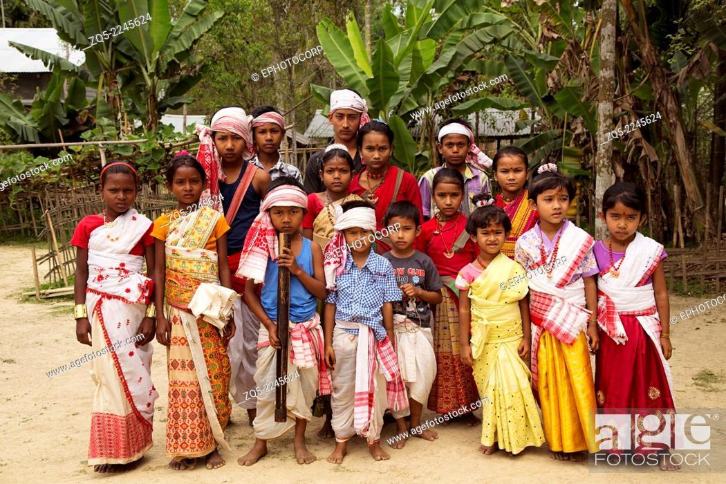 Imagen: Children in traditional dress for Bihu dance, Assam.