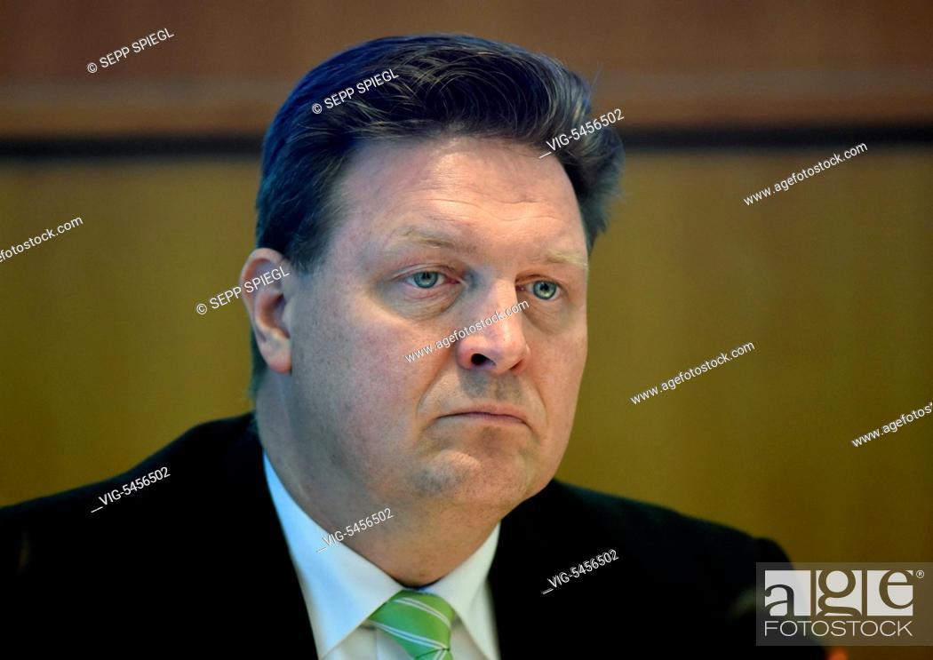 Imagen: Germany, Duesseldorf, 05.18.2016 Dr. Volker Heinke, CFO of Provinzial Rheinland Versicherung, during the press conference - Duesseldorf, Germany, 18/05/2016.