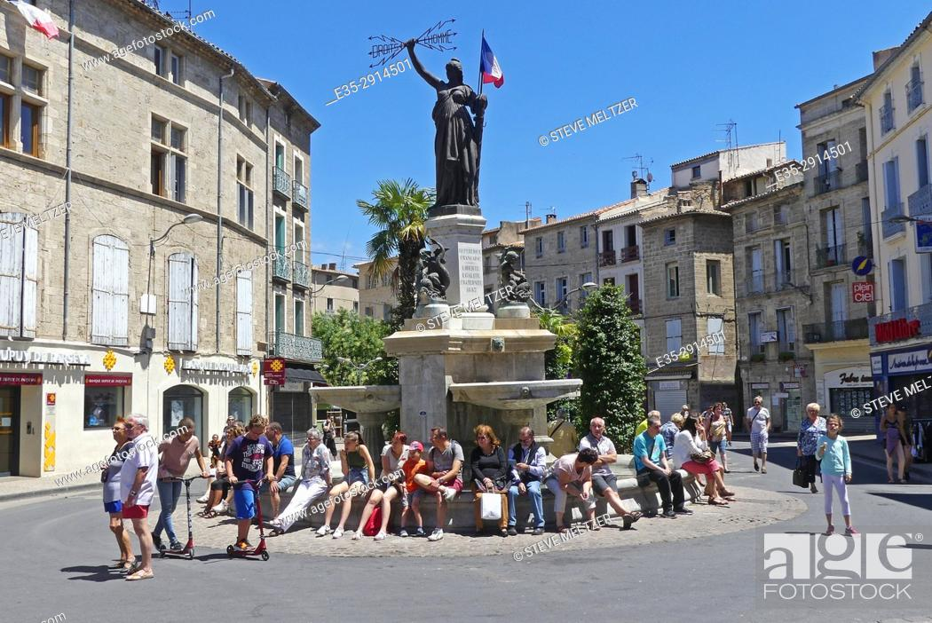 Stock Photo: Tourists taking a break, Pezenas, France.