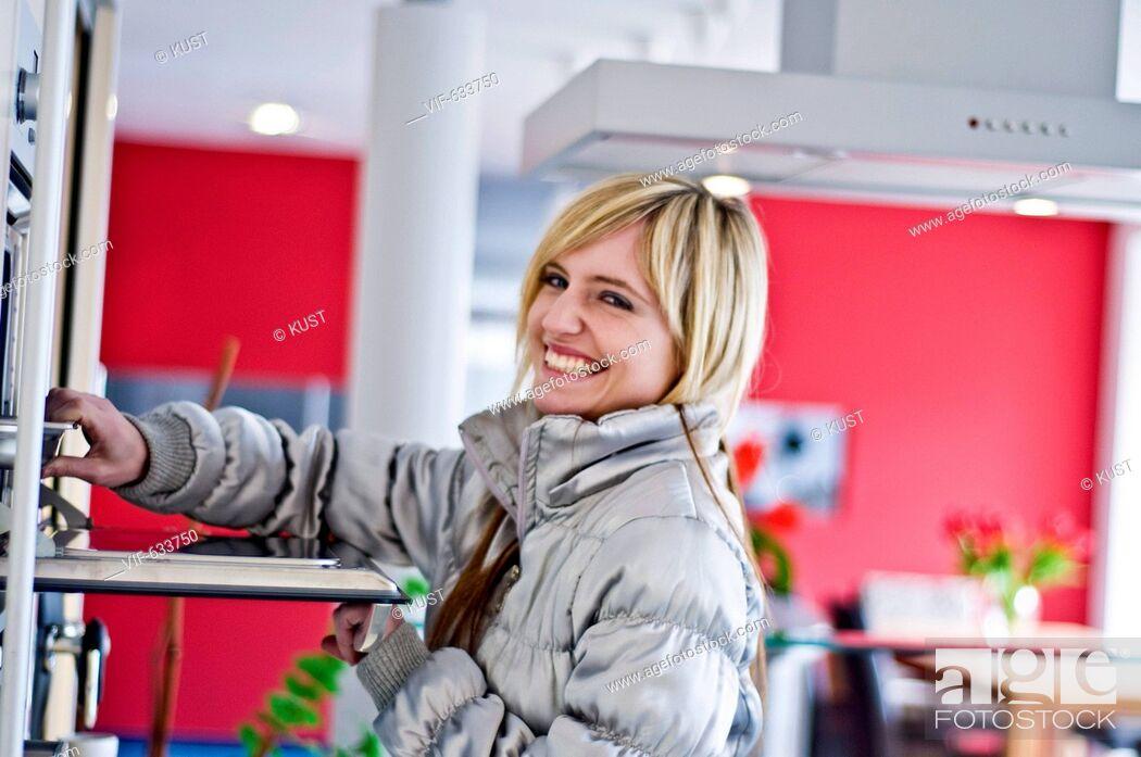 Imagen: junge Frau in Kueche - Nieder÷sterreich, Ísterreich, 14/02/2008.