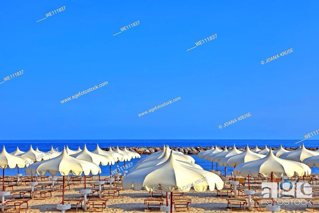 Imagen: Umbrellas of the beaches on the beach of Arma di Taggia in Liguria on the Mediterranean.