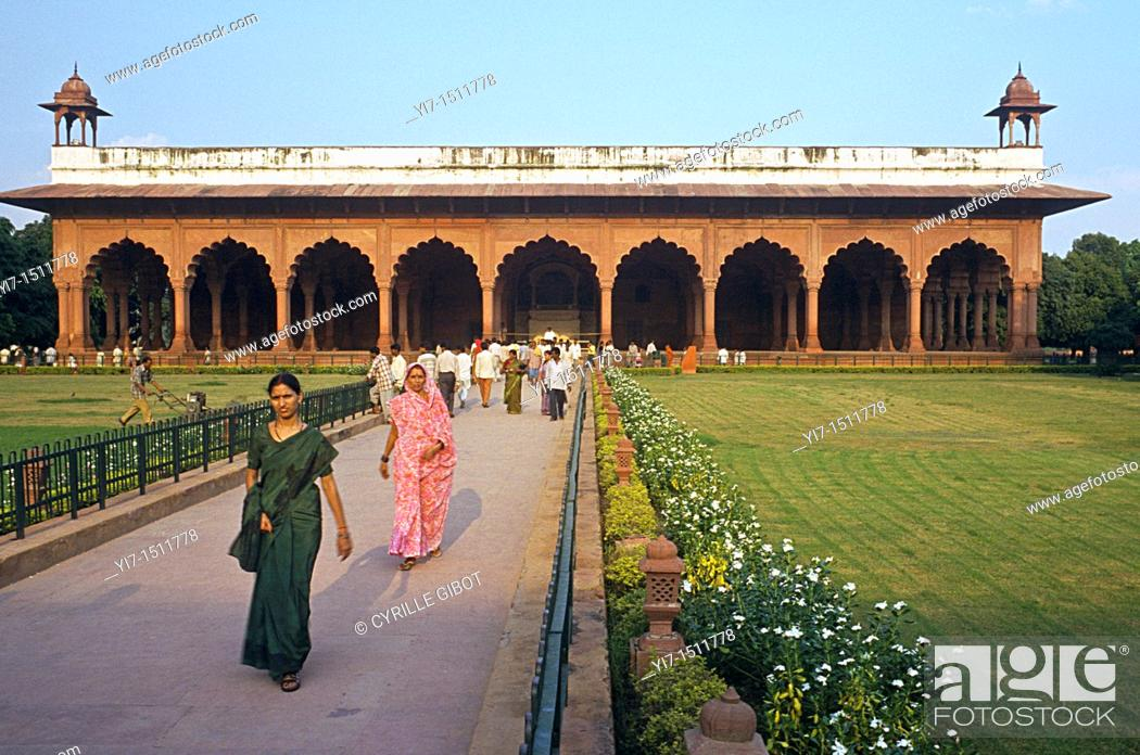 Imagen: Indian tourists walk to and out of the Diwan-i-Am, or Hall of Public Audience, Red Fort, New Delhi, India.