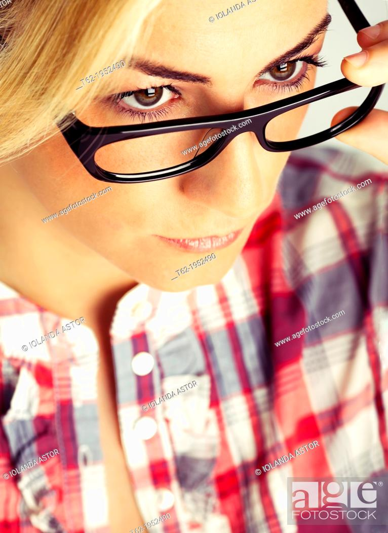 Imagen: Blond young woman with glasses. Color.