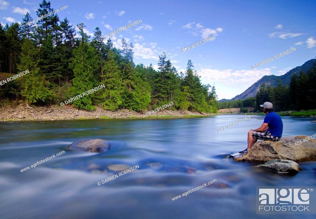 Imagen: Man sits alongside the Similkameen River, near Hedley, British Columbia, Canada - self portrait.