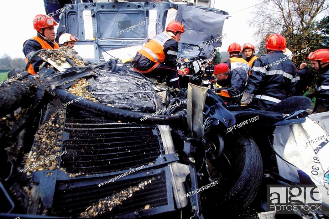 Imagen: FIREMEN AT AN ACCIDENT INVOLVING A HEAVY GOODS VEHICLE, BRIONNE, SDIS OF THE EURE 27, FRANCE.