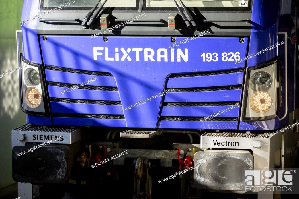 Stock Photo: 23 May 2019, North Rhine-Westphalia, Cologne: The locomotive of the first train of the FlixTrain connection between Cologne and Berlin is located in the station.