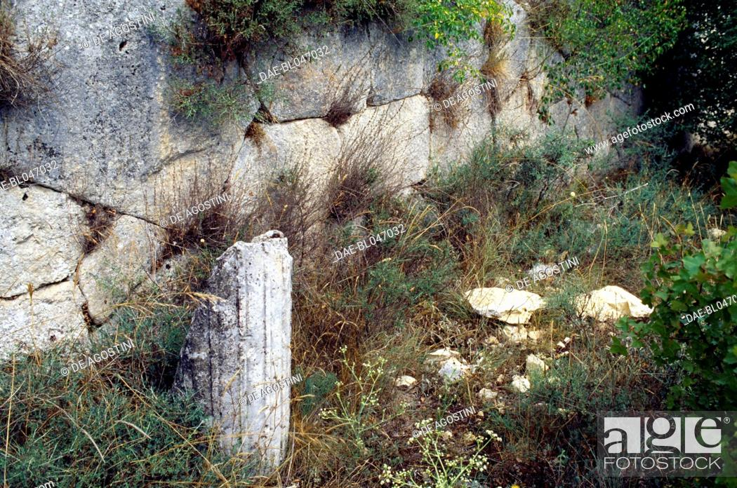 Imagen: Remains of a column, archaeological site of the ancient Roman city of Alba Fucens, Massa d'Albe, Abruzzo, Italy. Roman civilisation.