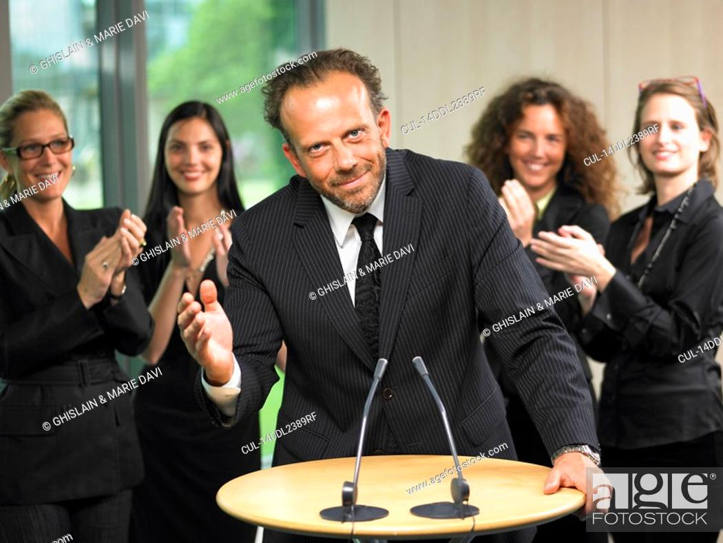 Imagen: Business man giving a conference.