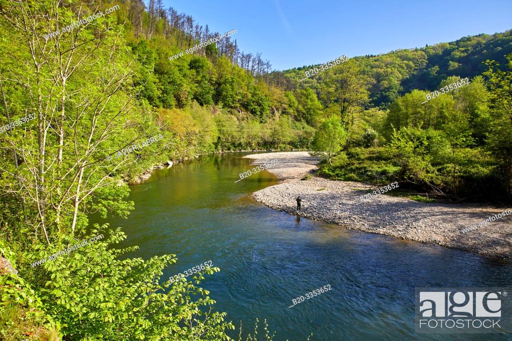 Imagen: Pedestrian and bicycle path that runs along the banks of the river, Bidasoa River, Gipuzkoa, Basque Country, SpainBidasoa River, Gipuzkoa, Basque Country, Spain.