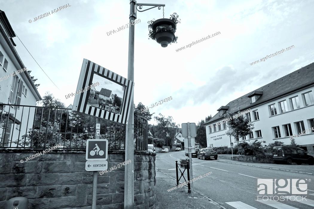 Imagen: Mirror on the street, Riquewihr, Alsace, France, Europe.