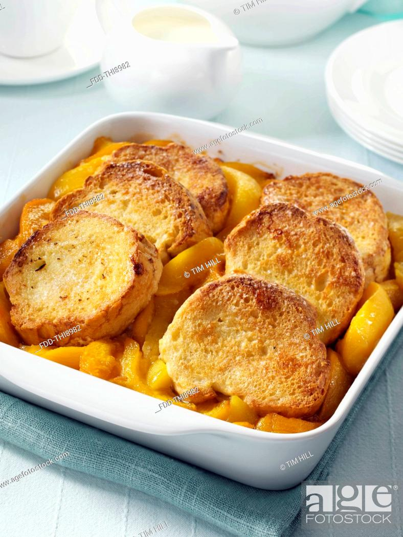 Imagen: Peach cobbler whole in a serving dish.