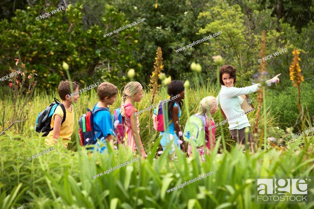 Photo de stock: Children on Nature Field Trip.