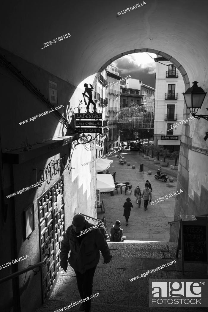 Stock Photo: cuchilleros arc. main square. madrid. spain.