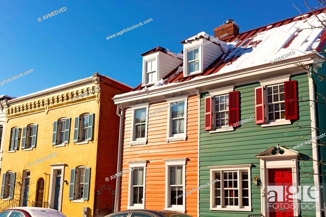 Imagen: Colorful townhouses in a bright winter morning after snowstorm.