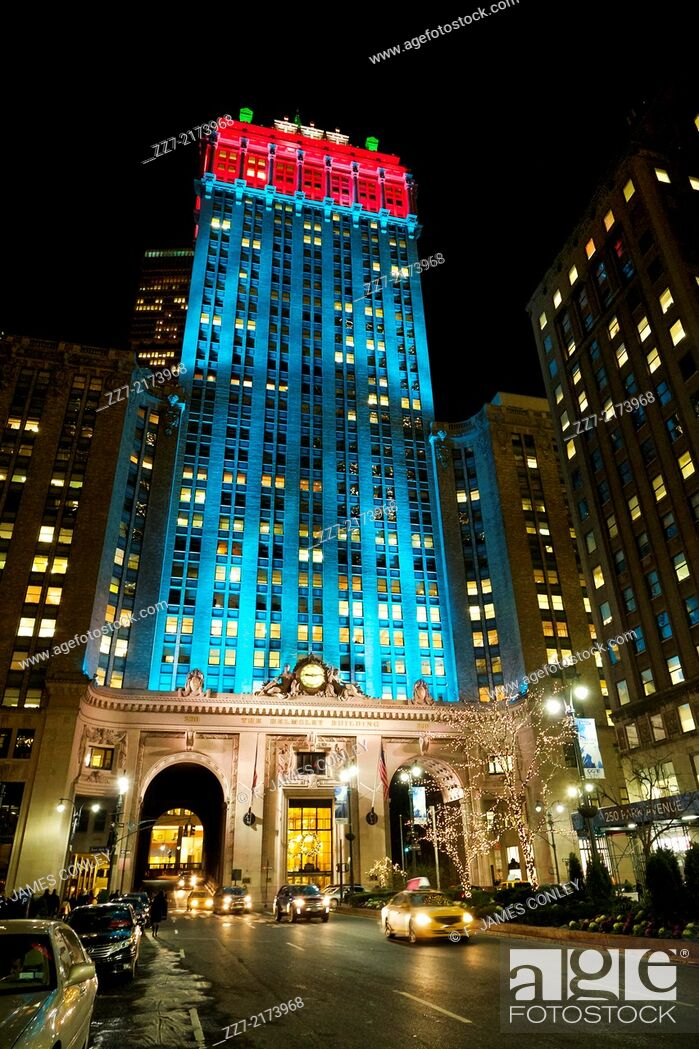 Imagen: The Helmsley Building lighted for the holidays.