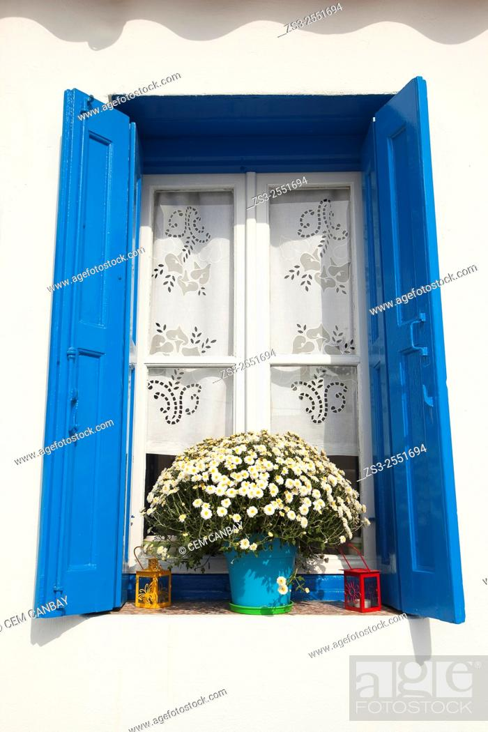 Imagen: Whitewashed house with blue window in town center, Mykonos, Cyclades Islands, Greek Islands, Greece, Europe.