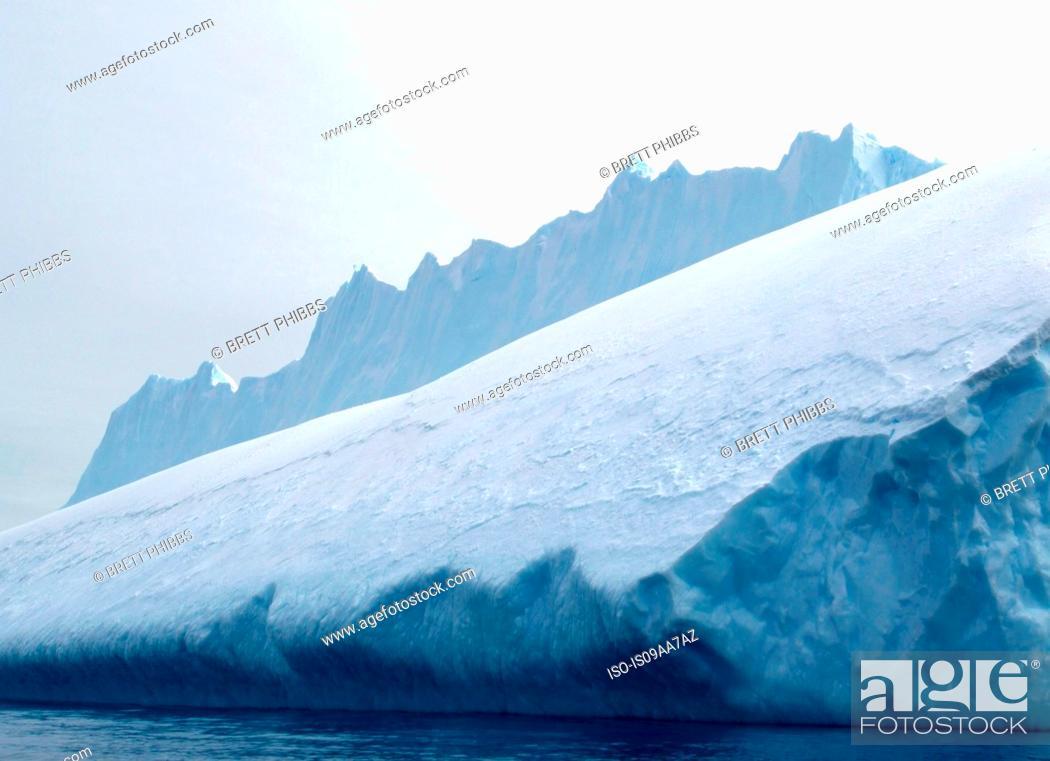 Imagen: Iceberg, ice floe, in the southern ocean, 180 miles north of East Antarctica, Antarctica.