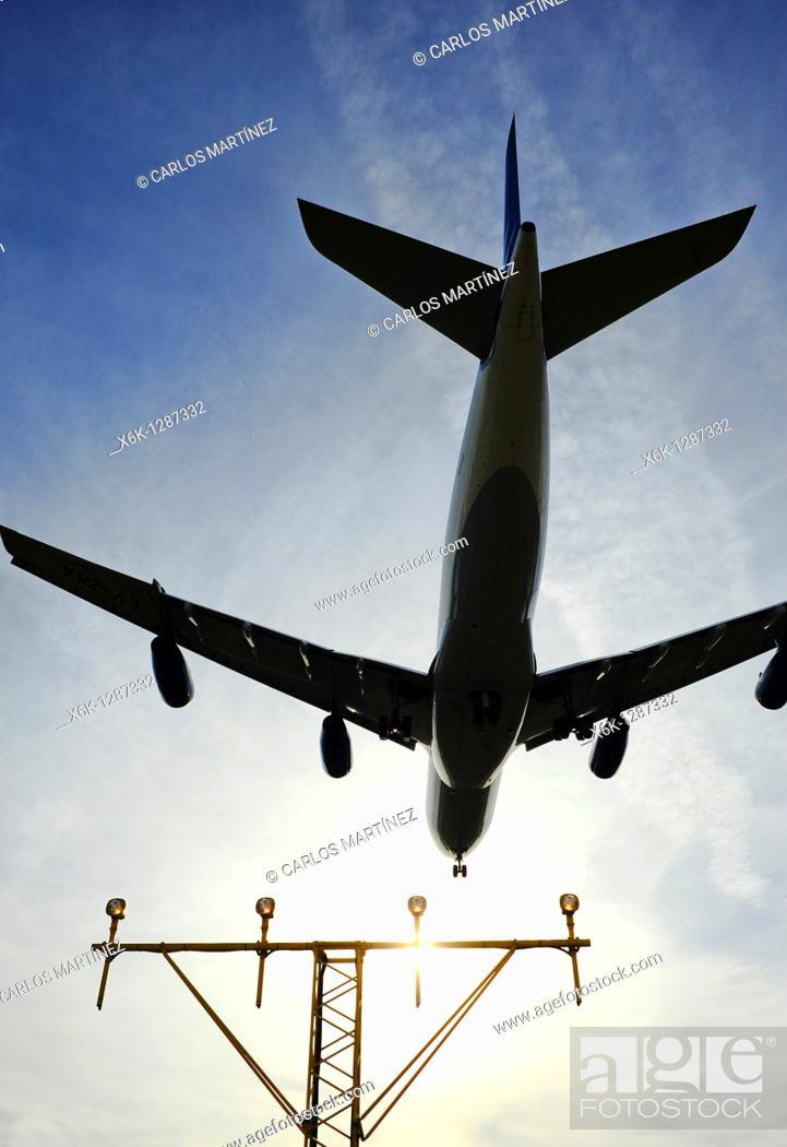 Stock Photo: Airbus 340 descendiendo en el Aeropuerto del Prat y sistema de luces de aproximación ALS aeroportuarios, Prat del Llobregat, Baix Llobregat, Barcelona.