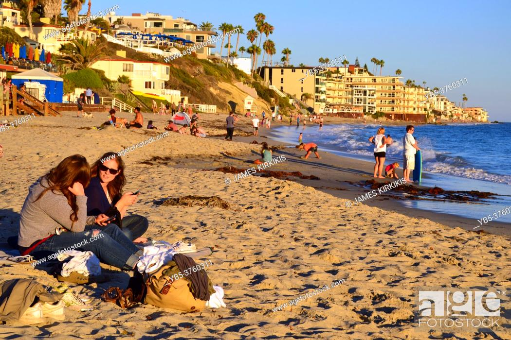 Imagen: Two women relax on the sunny shores of Laguna Beach, California.