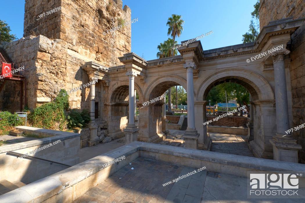 Imagen: Hadrian's castle gate triumphal arches in Antalya old town, Turkey.