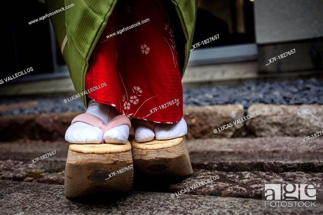 Imagen: Okobo tall wooden shoes Detail of 'maiko' geisha apprentice from Ishihatsu tea house o-chaia Geisha's distric of Miyagawacho Kyoto  Kansai, Japan.