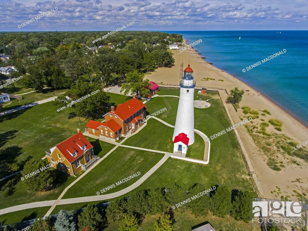 Imagen: The Fort Gratiot Lighthouse stationed at Port Huron Michigan aerial view.