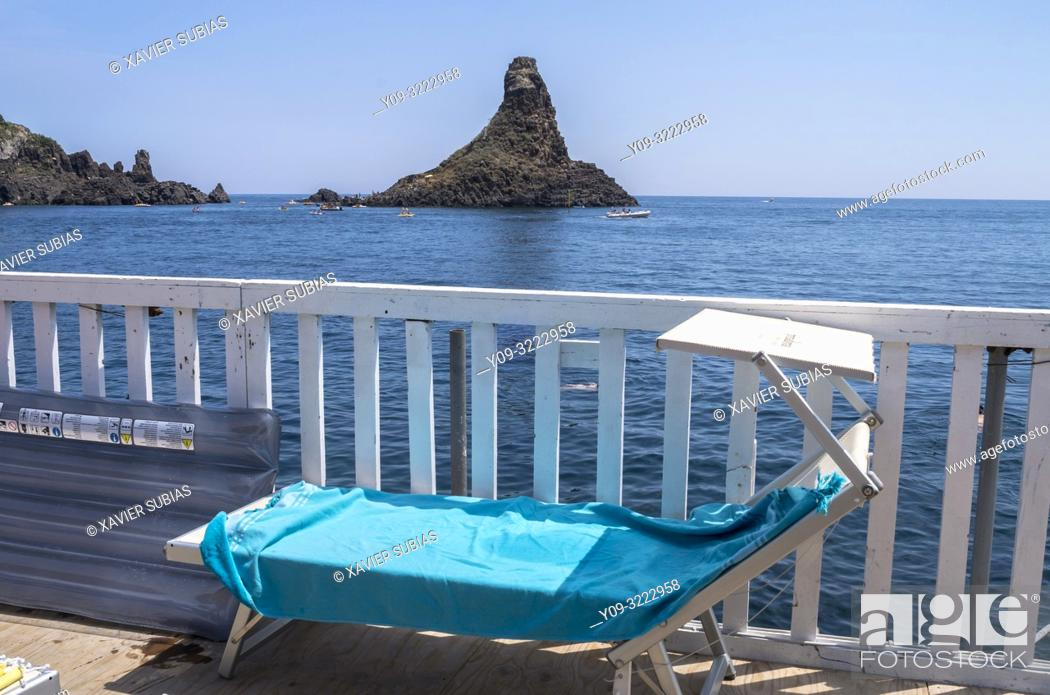 Imagen: The islands of the Cyclopes, Lido, Aci Trezza, Aci Castello, Catania, Sicily, Italy.
