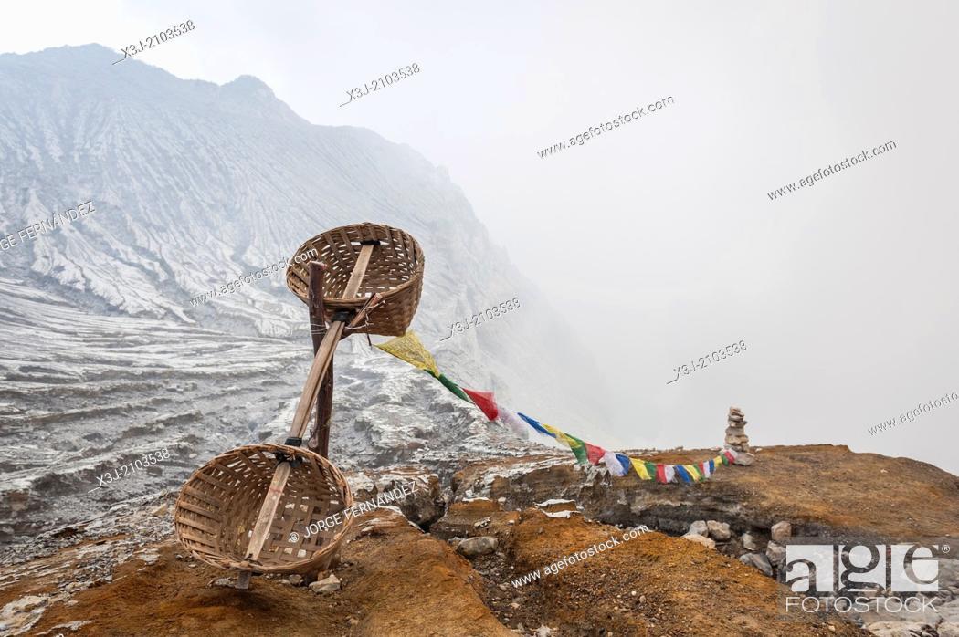 Imagen: Abandoned sulfur baskets nearby Kawah Ijen mine during a period of dangerous eruptions, Kawah Ijen, Indonesia, Asia.