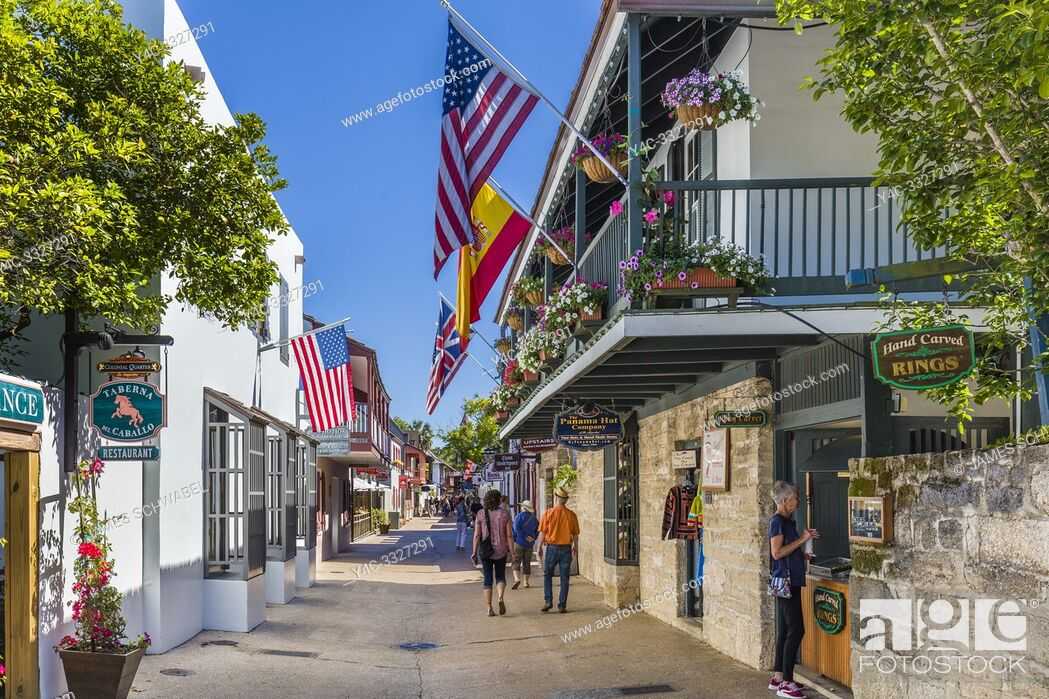 Imagen: Tourists on historic St George Street in downtown St Augustine Florida Americas oldest city.