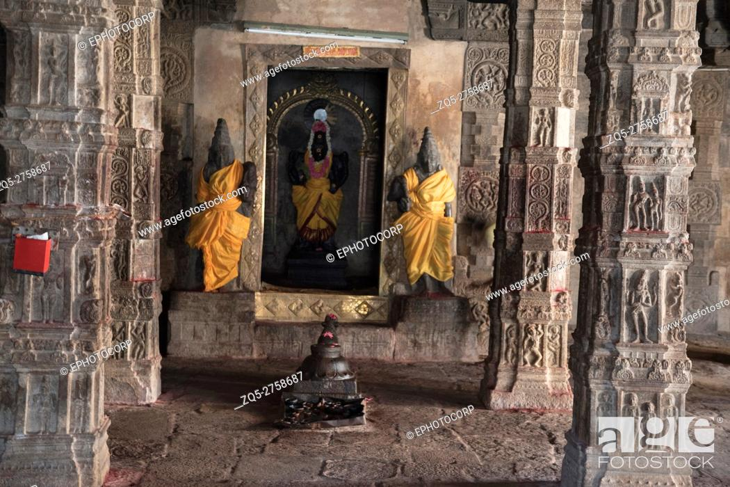 Photo de stock: Goddess Perinayaki cell, Airavatesvara Temple, Darasuram, Tamil Nadu, India.