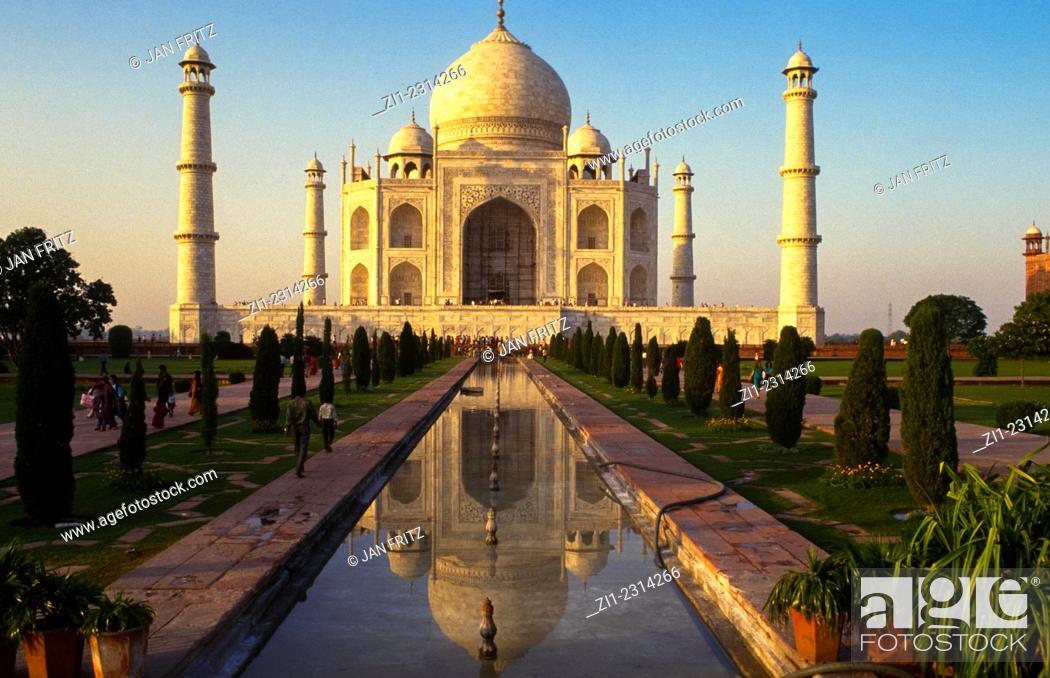 Photo de stock: Taj Mahal in Agra, India.