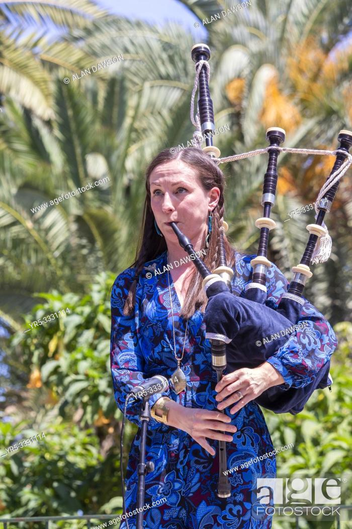 Imagen: Las Palmas, Gran Canaria, Canary Islands, Spain. 31st March, 2019. Bagpipes and blazing sunshine. BBC Folk singer of the nominee, Julie Fowlis.
