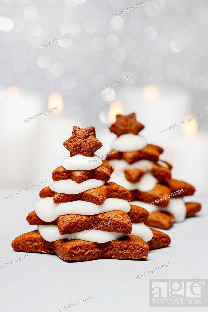 Imagen: Gingerbread christmas tree. Beautiful xmas dessert. Copy space.