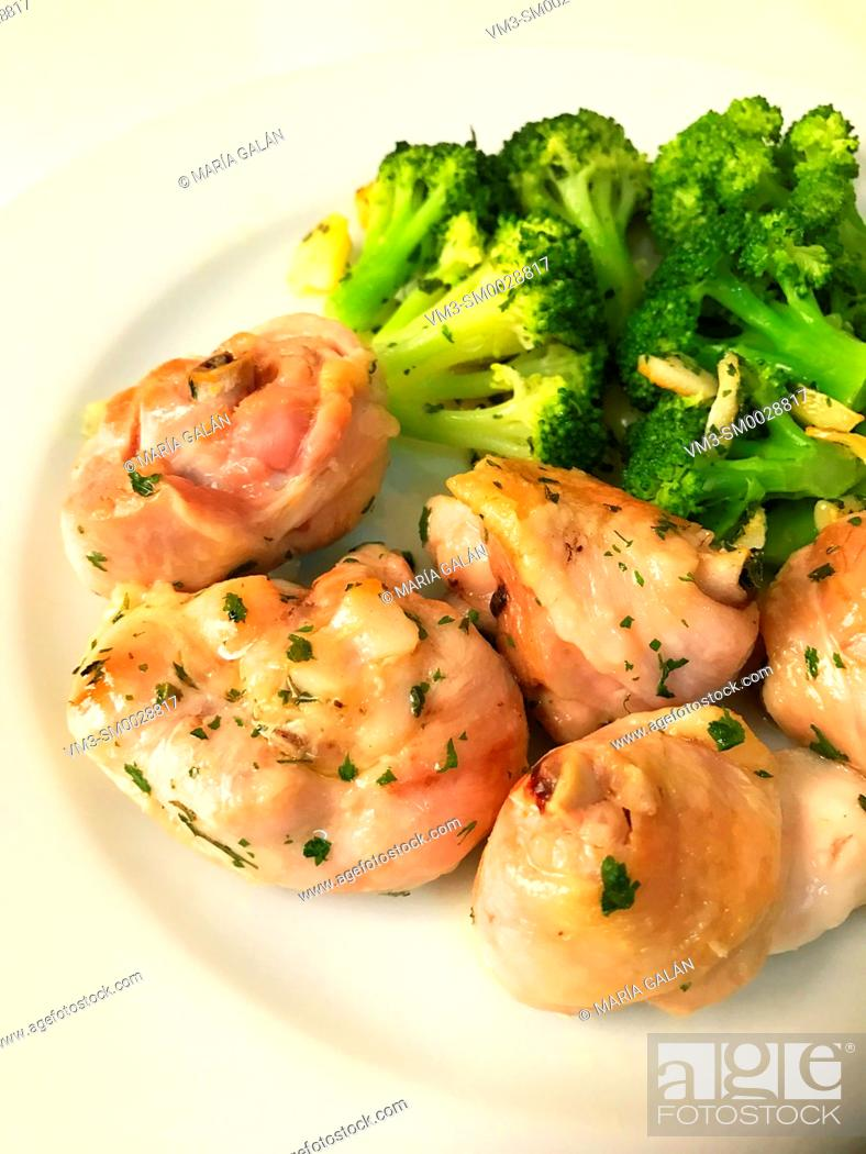 Stock Photo: Grilled chicken with broccoli, garlic, olive oil and parsley.