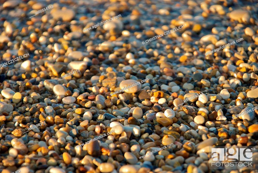 Imagen: Stones on the beach.