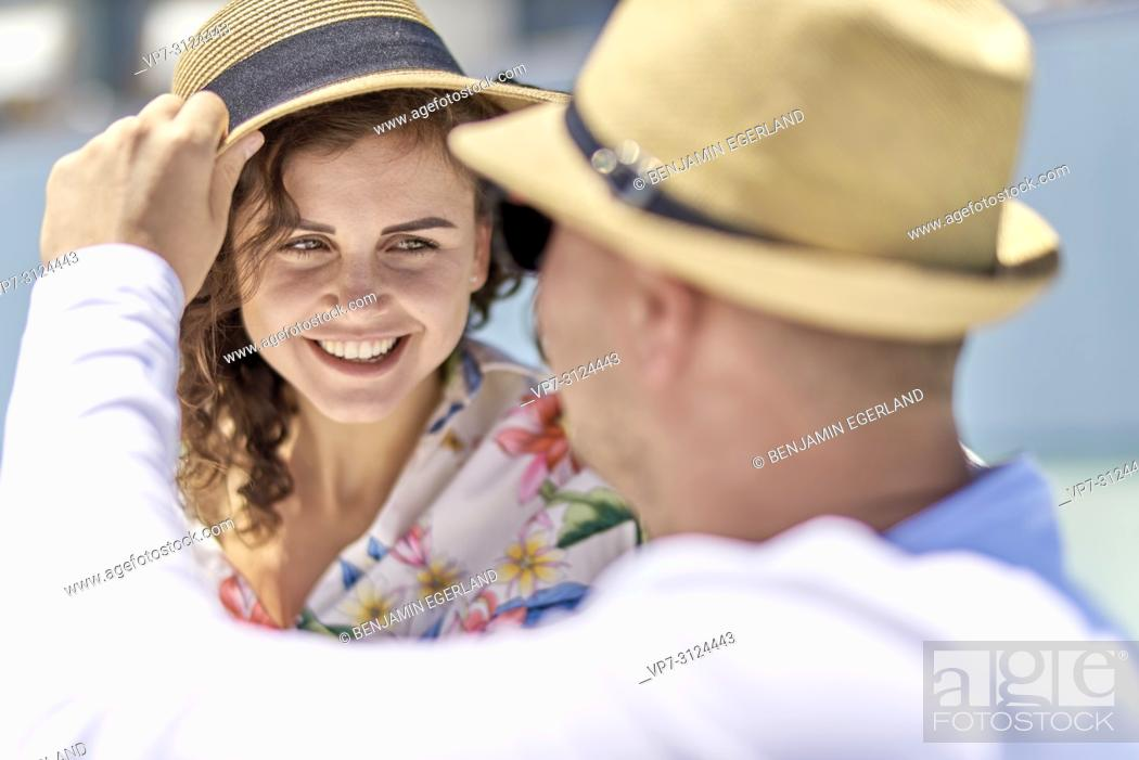 Imagen: couple, sunhat, vacations, happiness, toothy smile.