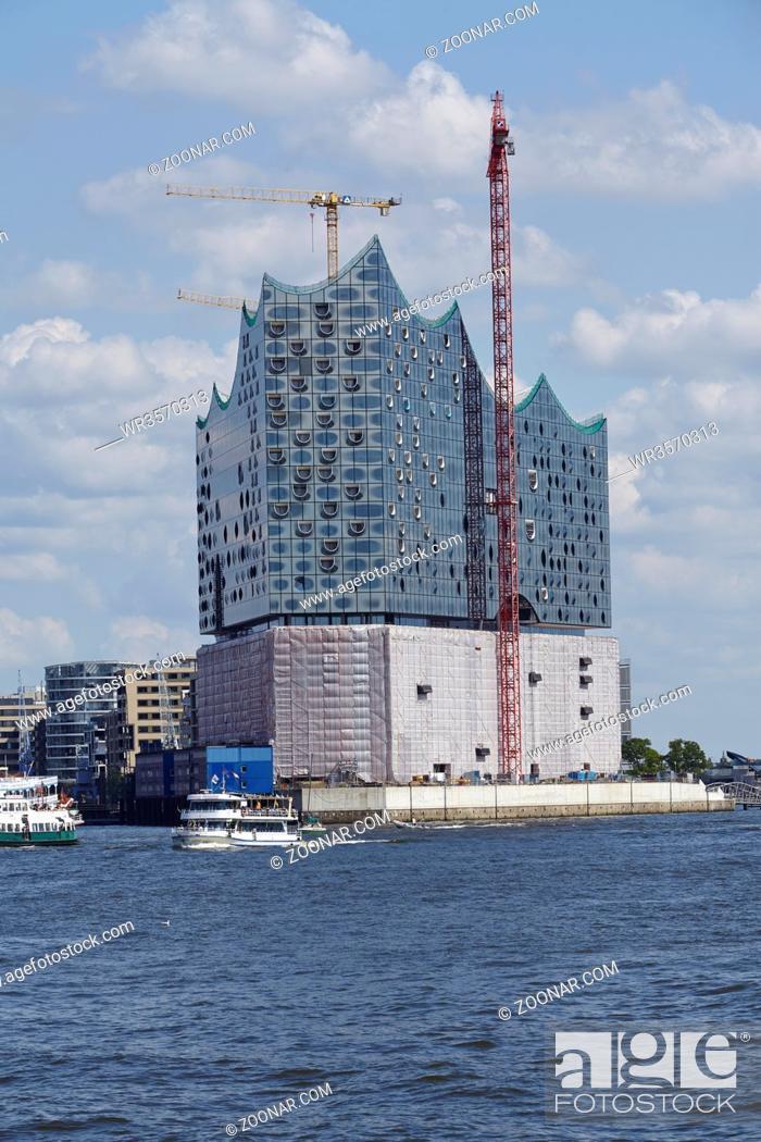 Stock Photo: Die Elbphilharmonie im Hamburger Hafen bei vollem Sonnenschein und blauen Himmel mit weißen Wolken am 8. August 2014 aufgenommen.