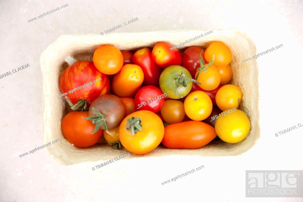 Imagen: Assorted colours of tomato in a cardboard punnet.