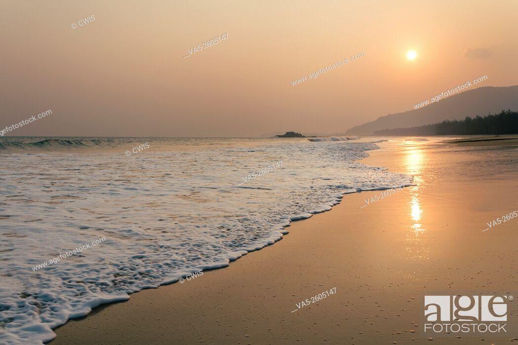 Imagen: Hainan, China - The beautiful sunset view at beautiful beach.