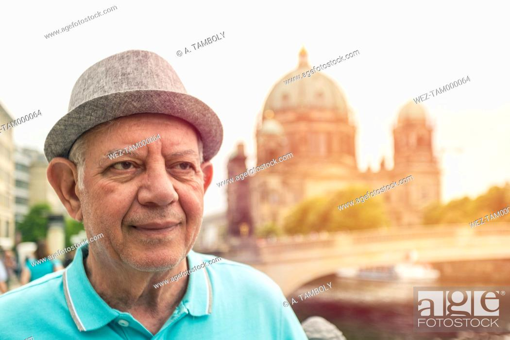 Imagen: Germany, Berlin, portrait of senior man in front of Berlin Cathedral.